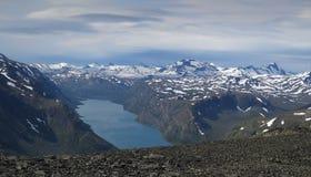 Lago Gjende da catena montuosa Bessenggen Fotografie Stock