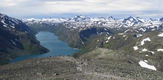 Lago Gjende da catena montuosa Bessenggen Fotografie Stock Libere da Diritti