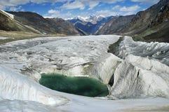 Lago glacial de turquesa bonita. Imagens de Stock Royalty Free
