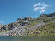 Lago glacial en las montañas de Moraca, Montenegro fotografía de archivo libre de regalías