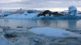Lago glacial Jokulsarlon en Islandia metrajes