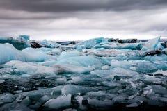 Lago glacial Jokulsarlon que sorprende por completo de flotar y de derretir i Imágenes de archivo libres de regalías