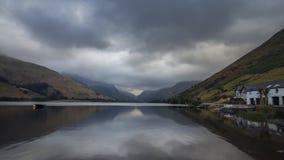 Lago glaciale scenico in Galles del nord stock footage