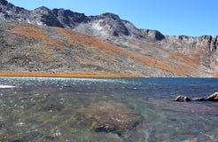 Lago glaciale sulle montagne Fotografia Stock