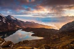 Lago Gosaikunda en una puesta del sol hermosa Nepal, el Himalaya Foto de archivo libre de regalías