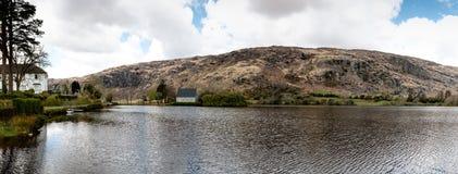 Lago Gouganebarra ed il fiume Lee, con la cappella di oratoria del ` s di Finbarr del san nei precedenti immagini stock