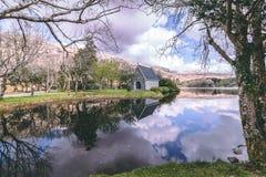 Lago Gouganebarra ed il fiume Lee fuori della cappella di oratoria del ` s di Finbarr del san nel sughero della contea, Irlanda fotografie stock