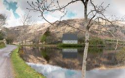 Lago Gouganebarra ed il fiume Lee fuori della cappella di oratoria del ` s di Finbarr del san nel sughero della contea, Irlanda fotografia stock libera da diritti