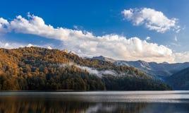 Lago Goygol highland em Azerbaijão fotografia de stock royalty free