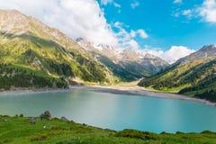 Lago grande cênico espetacular Almaty, Tien Shan Mountains em Almaty, Cazaquistão, Ásia Fotografia de Stock
