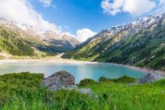 Lago grande cênico espetacular Almaty, Tien Shan Mountains em Almaty, Cazaquistão foto de stock