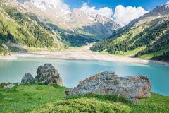 Lago grande cênico espetacular Tien Shan Mountains Almaty em Almaty, Cazaquistão, no verão Fotos de Stock Royalty Free