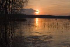 Lago grande com consoles e lingüeta no por do sol bonito Fotografia de Stock