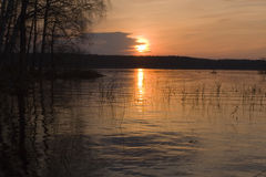Lago grande con las islas y caña en puesta del sol hermosa Fotografía de archivo