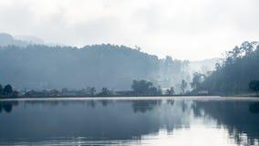 Lago grande en área montañosa Imágenes de archivo libres de regalías