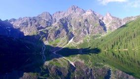 Lago grande y de la turquesa en las montañas en la salida del sol, Polonia de Tatra metrajes