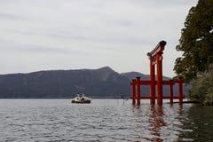 Lago Hakone Japón con la puerta de Torii Imagen de archivo libre de regalías
