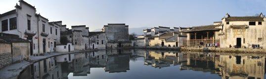 Lago half-moon nel villaggio di Hongcun fotografie stock libere da diritti