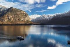 Lago Hallstatt in alpi con il traghetto, Salzkammergut, Austria Fotografia Stock