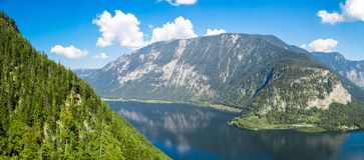 Lago Hallstatt con alto Alp Mountains Fotografia Stock