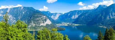 Lago Hallstatt con alto Alp Mountains Immagine Stock Libera da Diritti