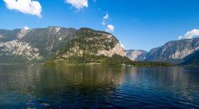 Lago Hallstatt con alto Alp Mountains Fotografia Stock Libera da Diritti