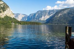 Lago Hallstatt con alto Alp Mountains Immagine Stock