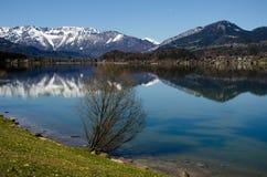 Lago Hallstatt con il fondo della gamma delle alpi fotografia stock