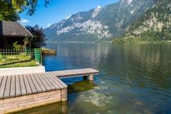 Lago Hallstatt con il pilastro in chiara acqua Immagini Stock