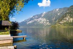 Lago Hallstatt con il pilastro in chiara acqua Fotografia Stock