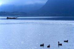 Lago Hallstatt en la niebla de la mañana Imagen de archivo libre de regalías