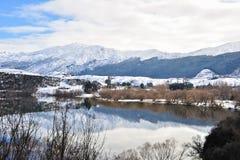 Lago Hayes con le riflessioni della montagna della neve Fotografie Stock