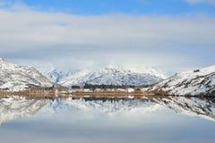 Lago Hayes con reflexiones de la montaña de la nieve Imagen de archivo