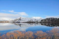 Lago Hayes con reflexiones de la montaña de la nieve Imagenes de archivo