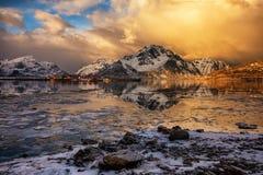 Lago helado del paisaje del invierno