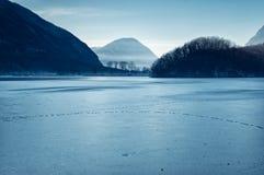 Lago helado en Italia - Lago del norte di piano Fotos de archivo libres de regalías