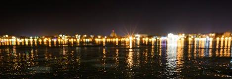 Lago helado en la ciudad de la noche Imagen de archivo libre de regalías