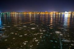 Lago helado en la ciudad de la noche Foto de archivo libre de regalías