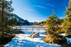 Lago helado en las montañas fotografía de archivo