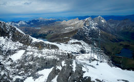 Lago herboso en las montañas suizas Foto de archivo libre de regalías