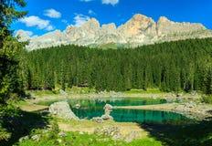 Lago hermoso Carezza, (Lago di Carezza) en el bosque, dolomías, Italia Fotografía de archivo