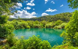 Lago hermoso con el agua potable, el parque nacional de Krka foto de archivo
