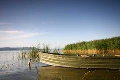 Lago hermoso con el barco imagen de archivo