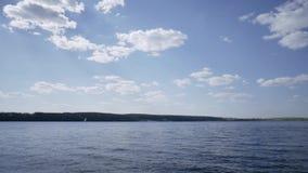 Lago hermoso con el cielo azul, gente que juega el deporte acuático y relajarse el verano almacen de metraje de vídeo