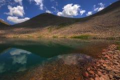 Lago hermoso con el cielo azul y las nubes agradables imagen de archivo libre de regalías