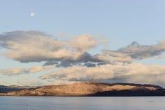 Lago hermoso con el fullmoon Foto de archivo