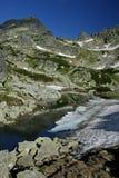 Lago hermoso con la nieve helada a apuntalar Foto de archivo