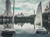 Lago hermoso con la universidad hermosa de los barcos a lo más en Tailandia fotos de archivo