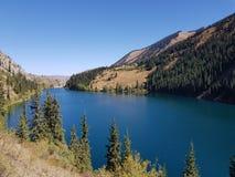Lago hermoso con las montañas en el fondo Foto de archivo libre de regalías