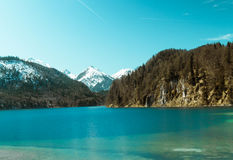 Lago hermoso con una montaña de la nieve imagenes de archivo